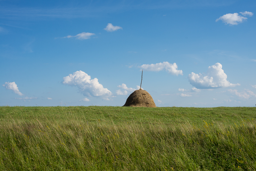 haystack-near-nyaradselye-silea-nirajului-